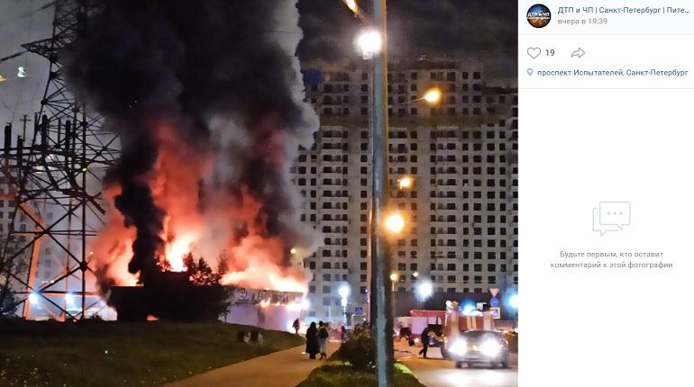 На проспекте Испытателей станцию техобслуживания тушили 16 спасателей