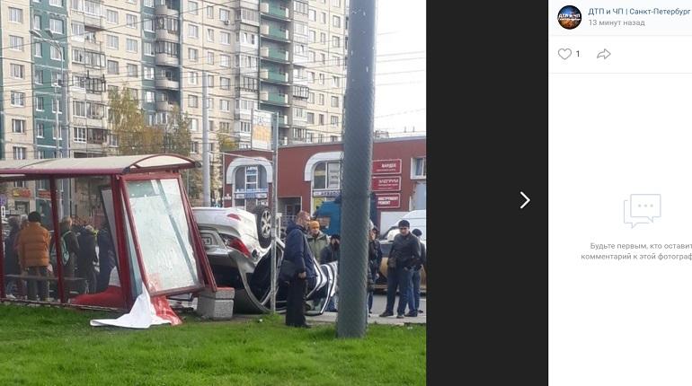 Стали известны подробности наезда иномарки на остановку на проспекте Косыгина