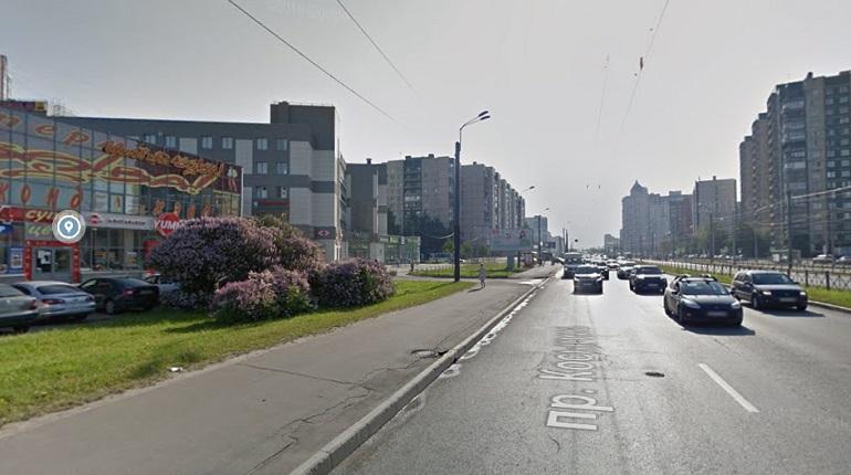 На проспекте КосыгинаHyundai влетел в остановку и перевернулся, пострадали двое