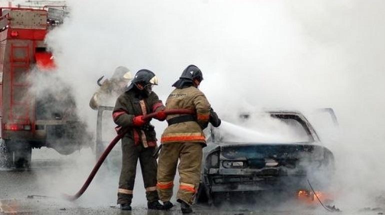 Два автомобиля ночью сгорели на Стойкости