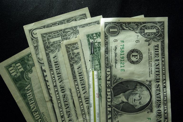 Курс доллара опустился до 76,17 рубля
