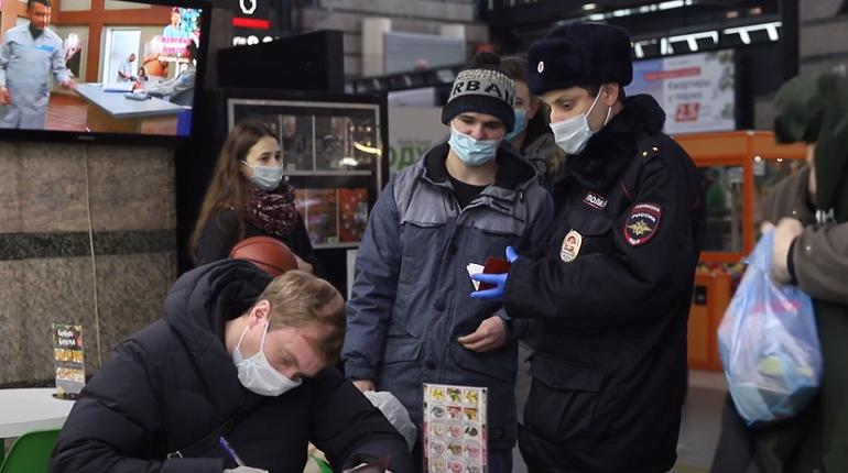 Пассажиров Ладожского вокзала проверили на наличие масок