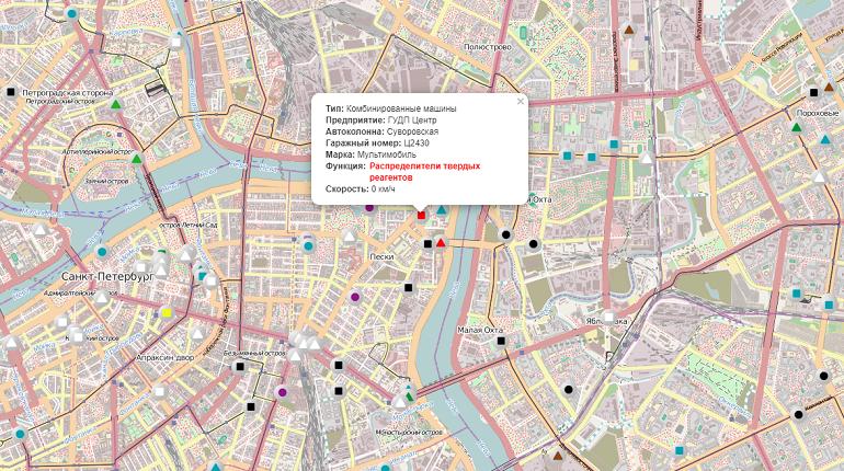 Дороги и тротуары Петербург засыпают реагентами из-за гололеда