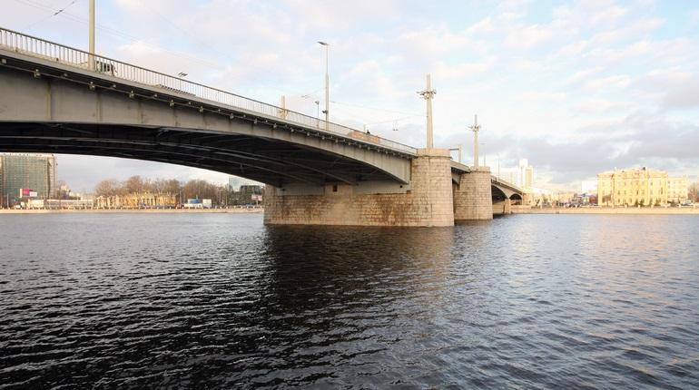 Катер въехал в опору Кантемировского моста, пострадавшим помогают сотрудники «скорой»