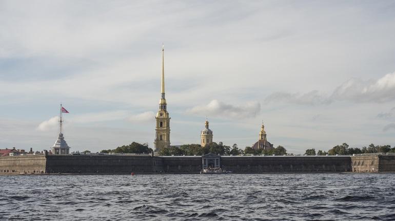 С Петропавловской крепости дали полуденный залп в честь Дня Победы