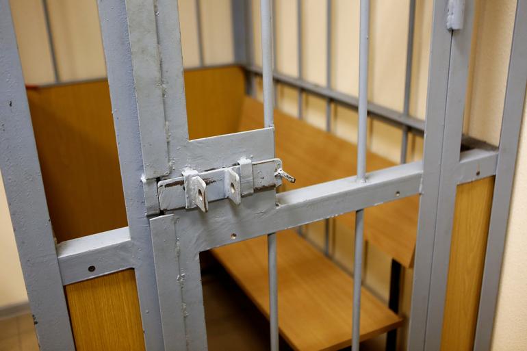 Мужчина с судимостью получил четыре года тюрьмы за грабеж на 15 тысяч