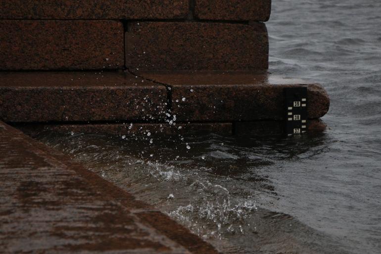 В Неве снизился уровень воды