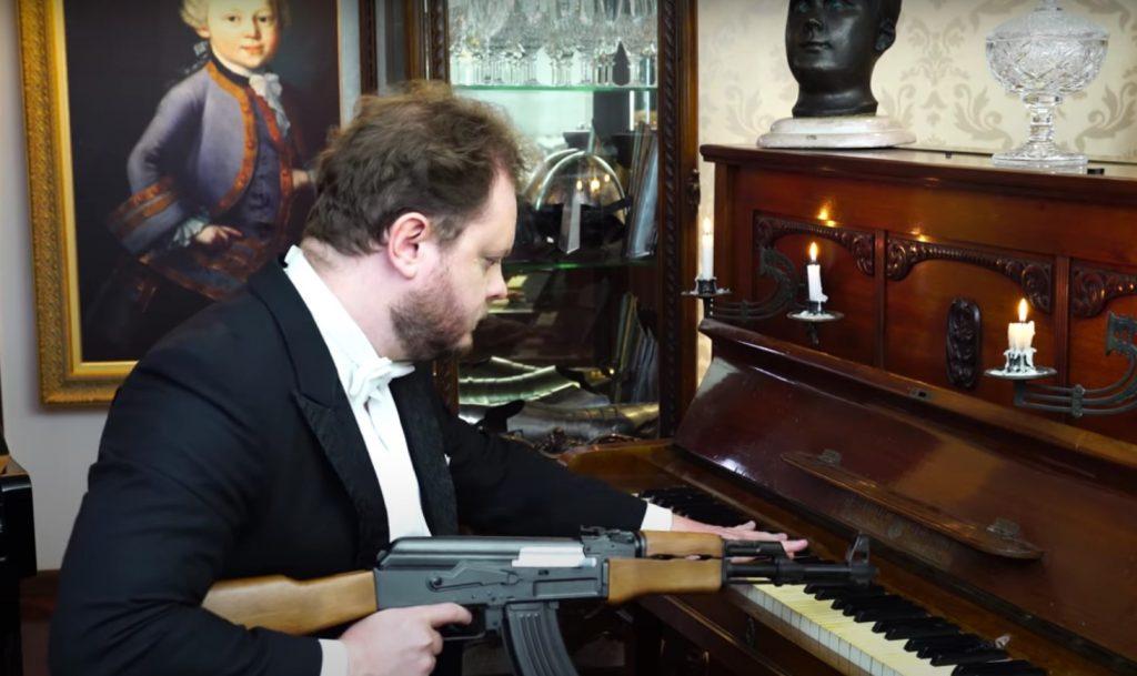 Бразильский музыкант удивил игрой гимна России с помощью автомата Калашникова