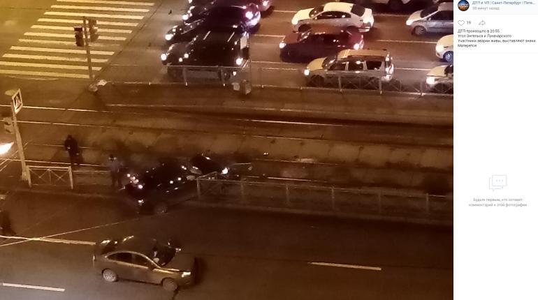 На Энгельса иномарка заблокировала проезд трамваев