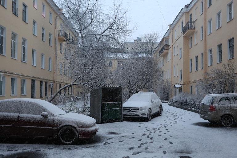 Более 7 тысяч дворников убирают дворы Петербурга от снега