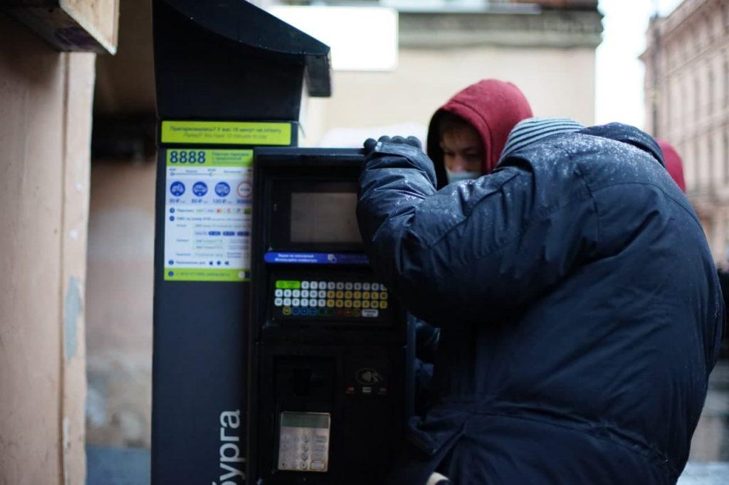 На Рубинштейна началось обустройство платной парковки