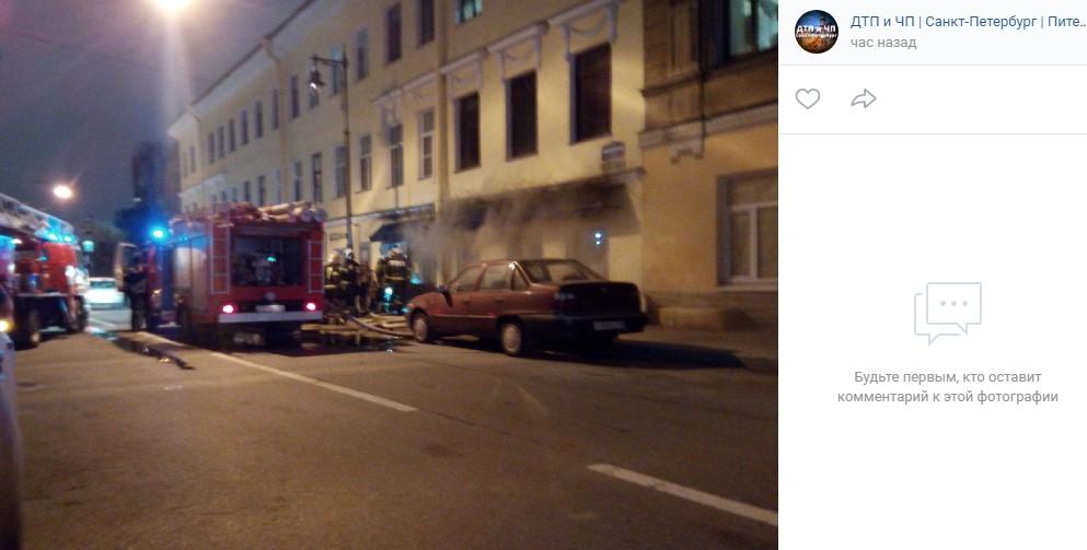 В центре Петербурга горит цветочный магазин
