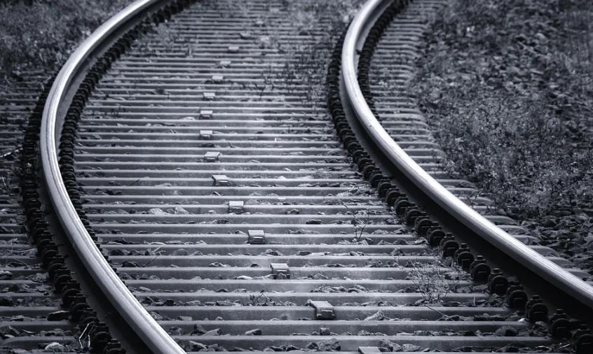 В Тосненском районе поезд сбил мужчину на скутере