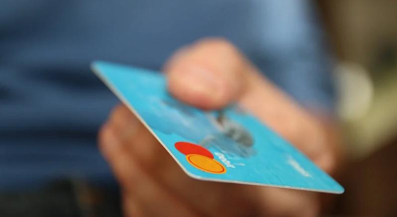 Центробанк хочет установить лимит на оплату картой в кассах магазинов