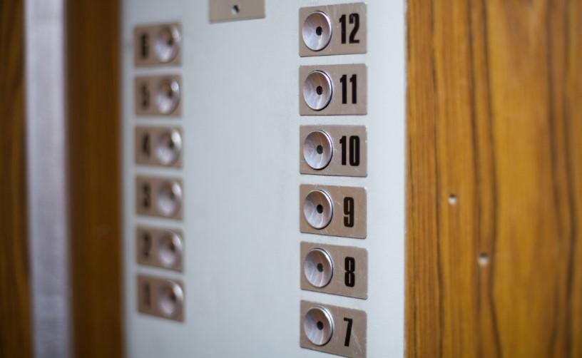 В Петербурге жителям первых этажей разрешили не платить за лифты — временно