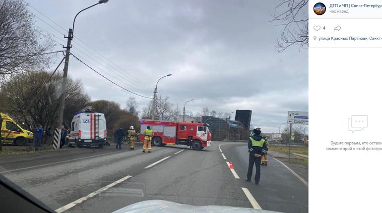 Иномарка улетела в пожарный пруд на севере Петербурга