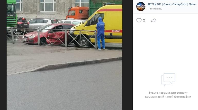У Балтийского вокзала Ford в ДТП с машиной реанимации влетел в ограждение