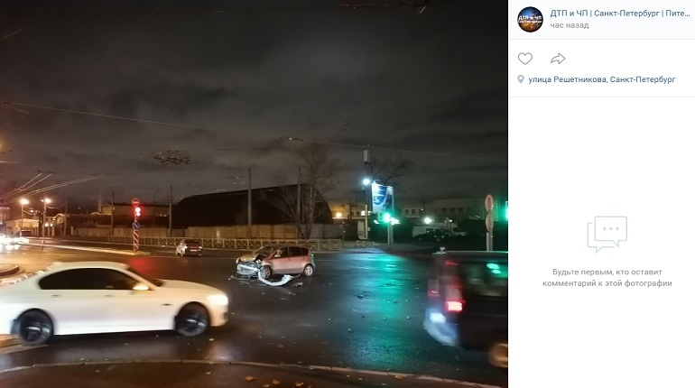 На улице Решетникова у автомобиля в ДТП слетел бампер