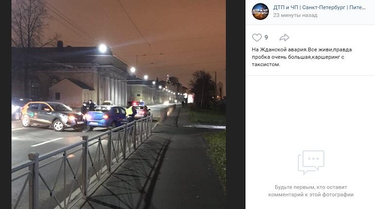На Ждановской улице каршеринг и такси не поделили проезжую часть