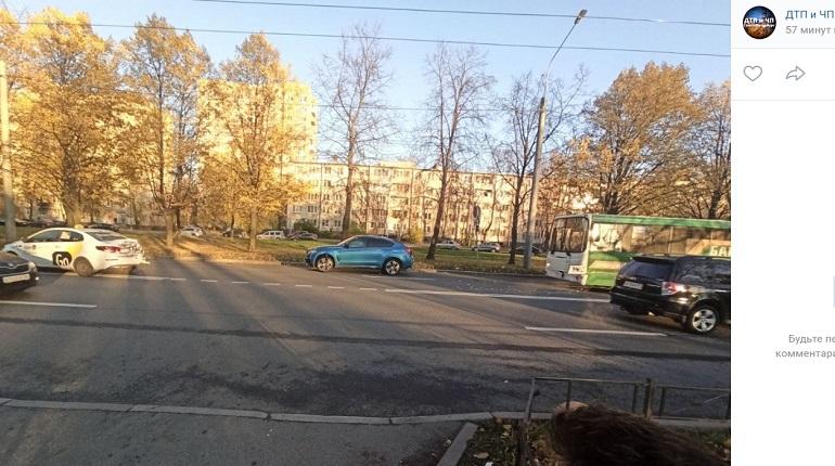 На проспекте Космонавтов автобус подбил такси