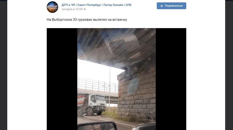 На Выборгском шоссе грузовик вылетел на «встречку» и заехал на тротуар