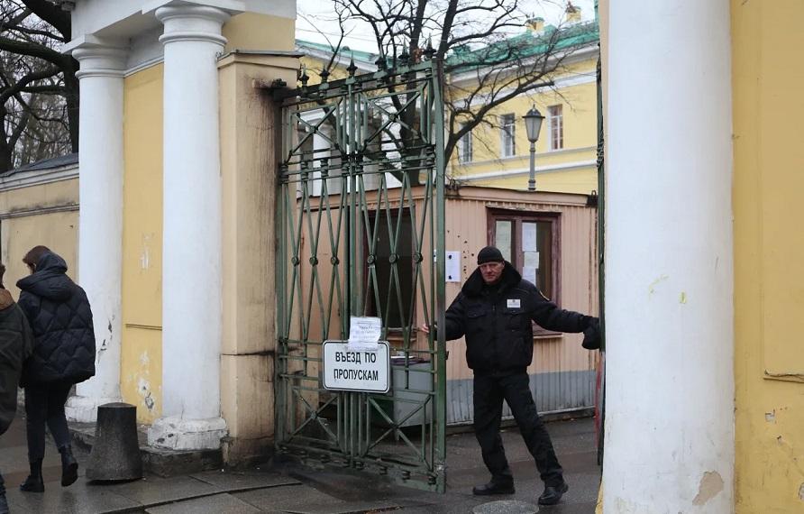 Мариинская больница сменит охранное предприятие после поста о торговцах массажерами