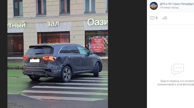 На улице Бабушкина маршрутка подбила иномарку
