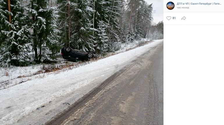 На Средневыборгском шоссе Hyundai выехал на «встречку» и вылетел в кювет