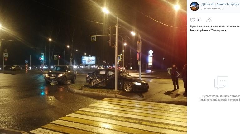 На проспекте Непокоренных авто в ДТП вылетело с проезжей части