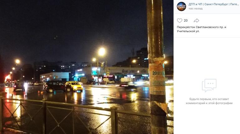 На Светлановском проспекте Ford и Renault угодили в ДТП