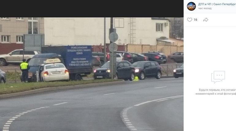 На Долгоозерной улице такси вылетело с проезжей части