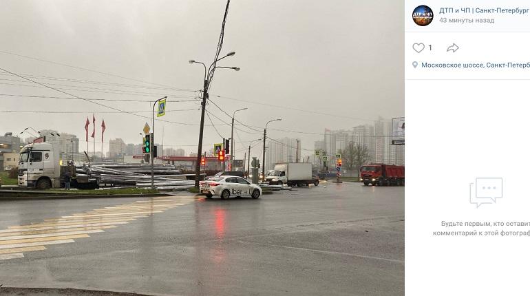 На Московском шоссе тягач на ходу потерял опоры освещения