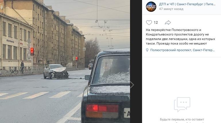 На Полюстровском проспекте легковушка и такси не поделили проезжую часть