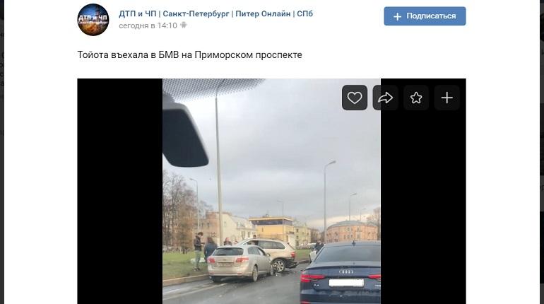 На Приморском проспекте автомобиль в ДТП выехал на газон