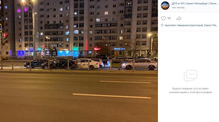 На Комендантском проспекте три автомобиля угодили в ДТП