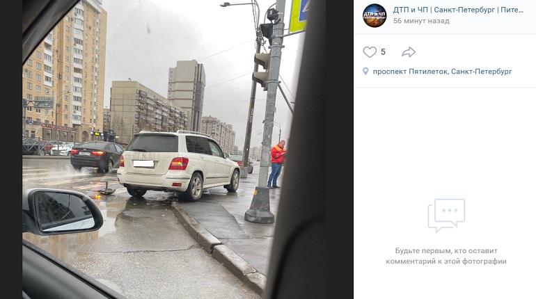 На улице Джона Рида Mercedes в ДТП заехал на тротуар