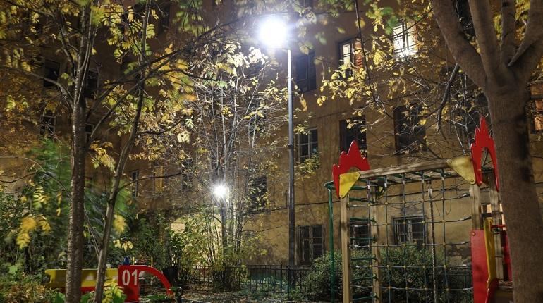 В Центральном районе детские и спортивные площадки получили новое освещение