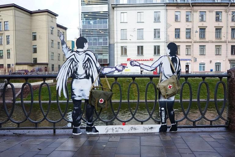 На набережной Карповки появились картонные фигуры ангела и врача