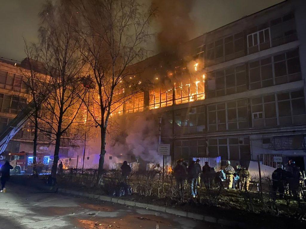К месту пожара на петербургский ЛЭМЗ прибыл пожарный поезд
