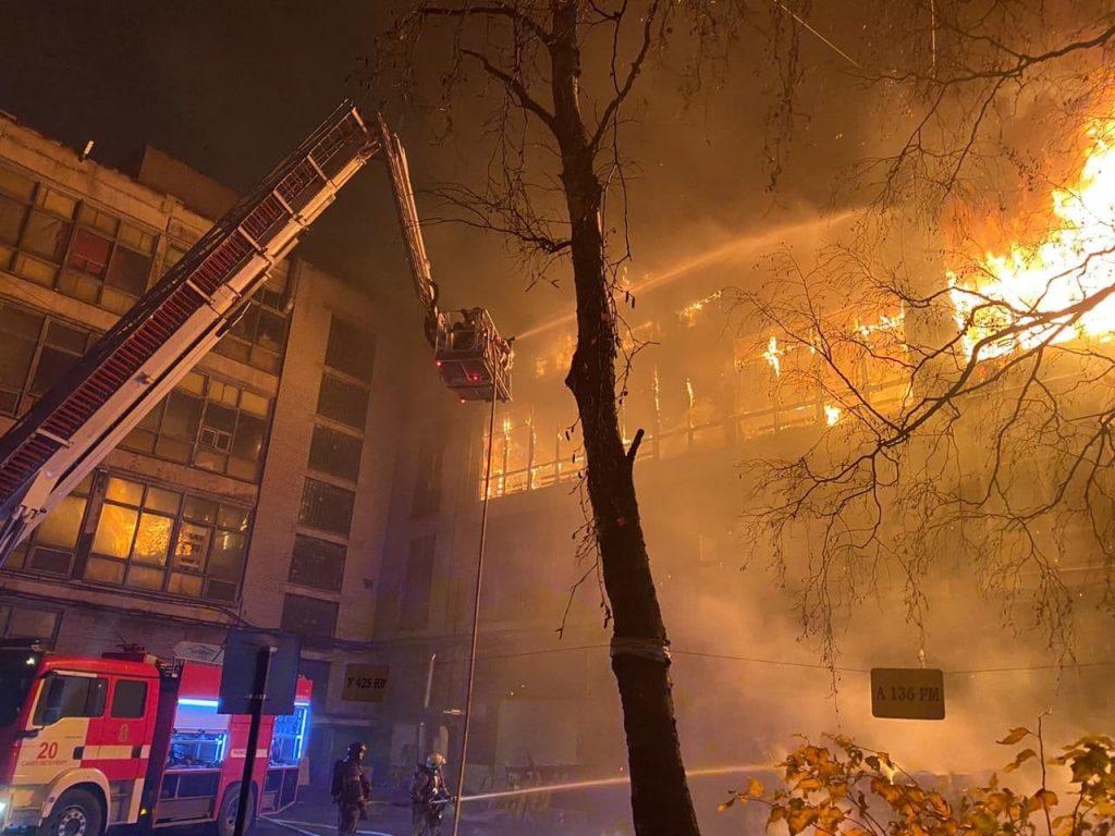 Пожар на территории ЛЭМЗ тушили до шести утра