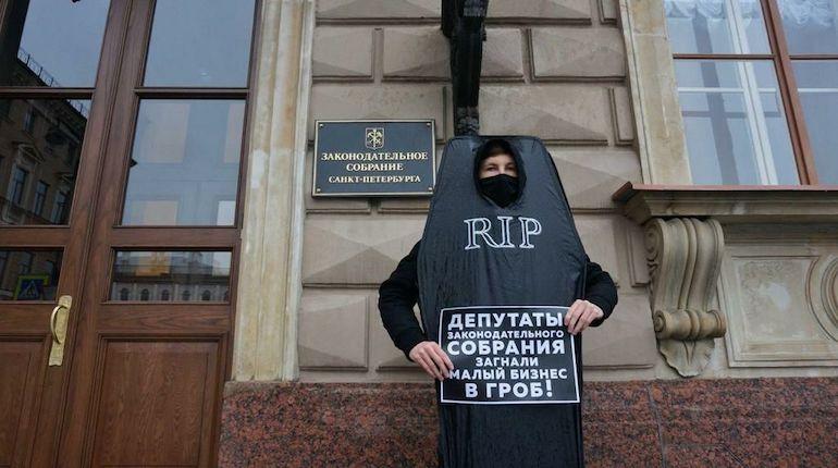 Суд отказался штрафовать акциониста в гробу у Заксобрания