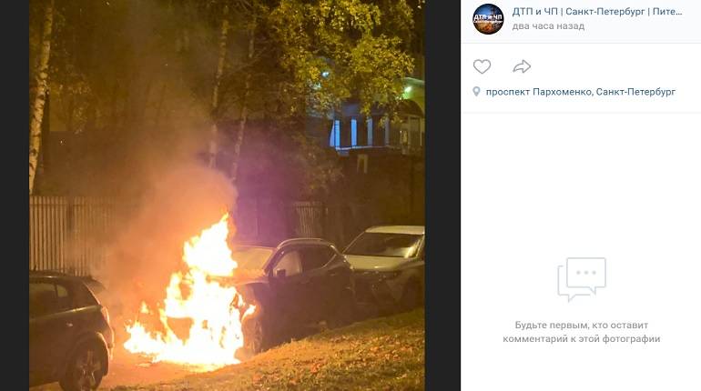 На проспекте Пархоменко загорелся припаркованный Nissan