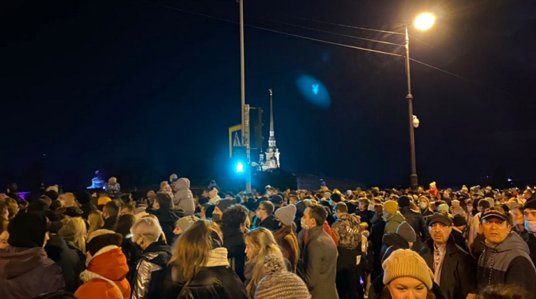 Петербуржцы на шоу «Чудо света» забыли о соцдистанции и сняли маски