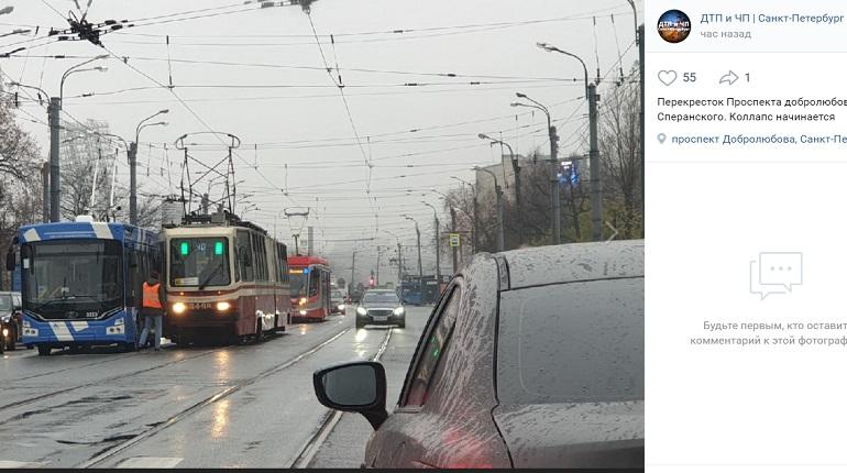 На проспекте Добролюбова троллейбус и трамвай не поделили проезжую часть