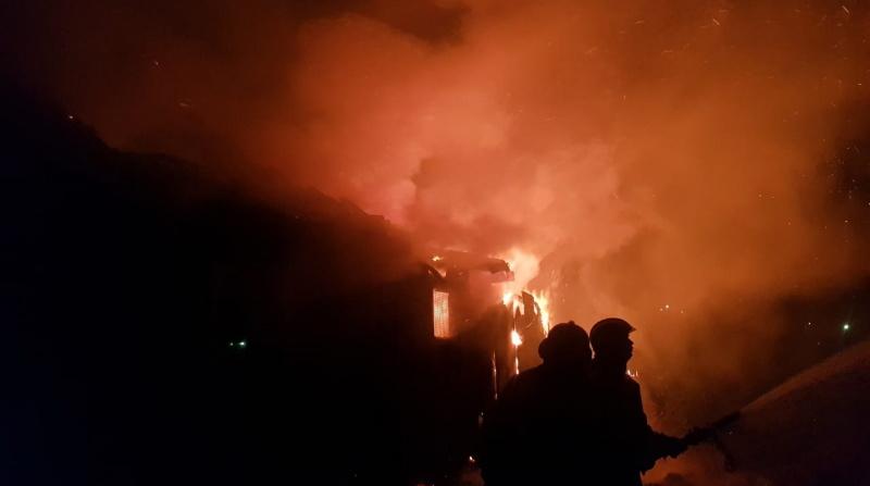В деревне  Зиновий Наволок ночью почти два часа тушили дом