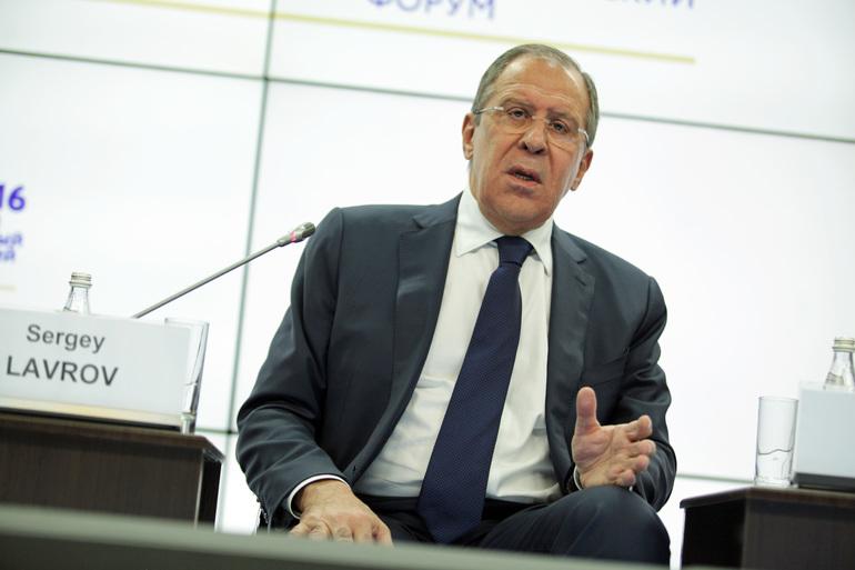 Петербуржцы призвали Лаврова разрешить международный скандал в их дворе