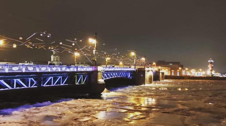 Дворцовый мост украсили к Новому году