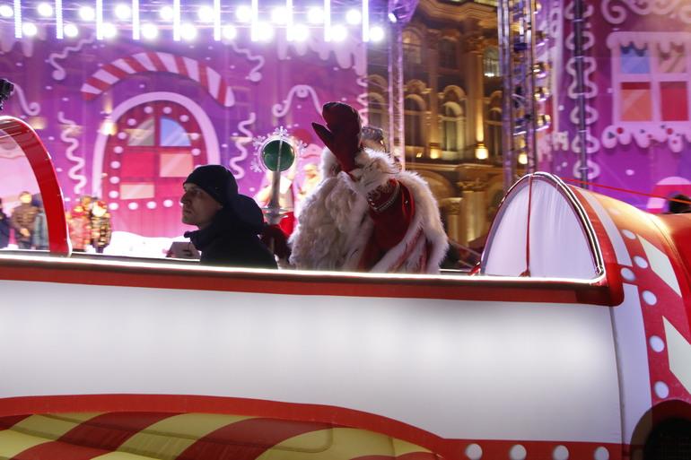 Дед Мороз приедет к чиновникам Смольного с колбасой в мешке