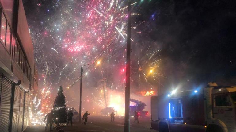 В Ростове красочно горит павильон с пиротехникой