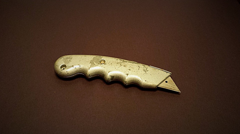 Петербуржец с колбасой пырнул кассиршу канцелярским ножом
